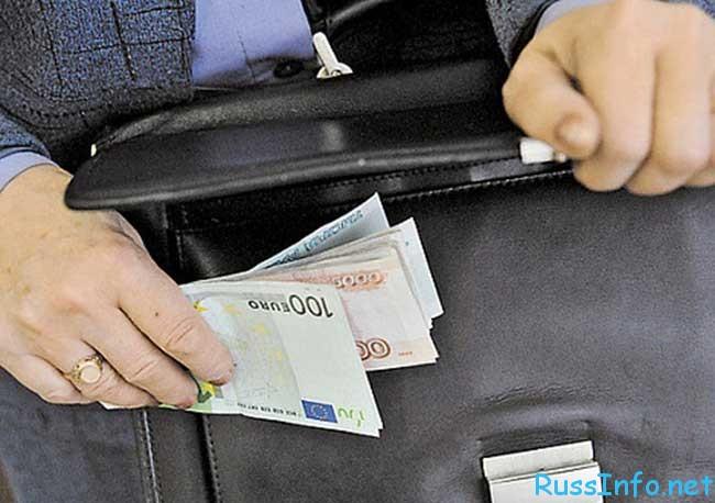 повышение окладов чиновникам в России последние новости