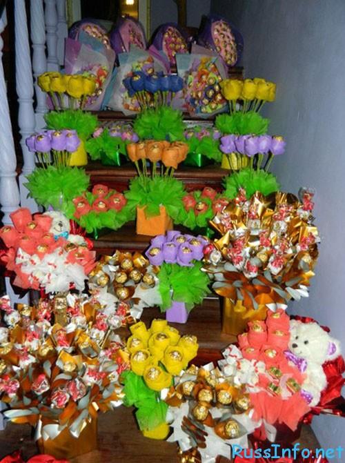фото подарков из конфет на 8 марта своими руками