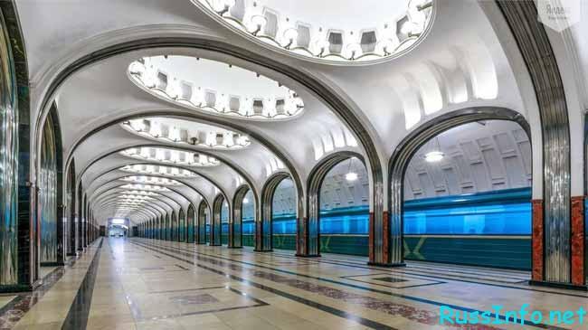 просторный зал метро