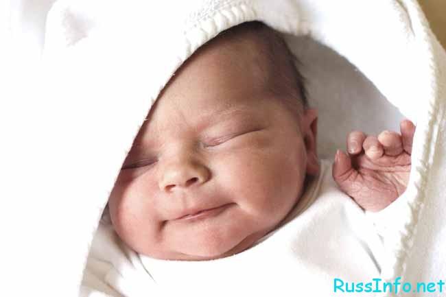 ребеночек улыбается во сне