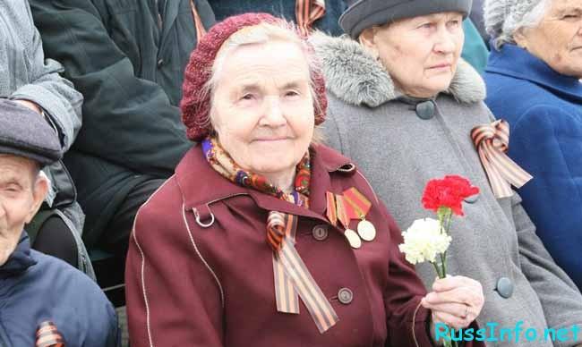 бабушка с гвоздиками