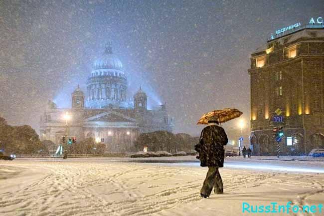 в городе падает снег