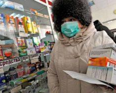 женщина покупает лекарства