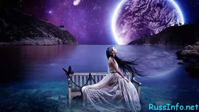 луна и девушка на скамейке