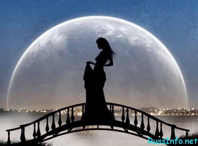 девушка на мосту и луна