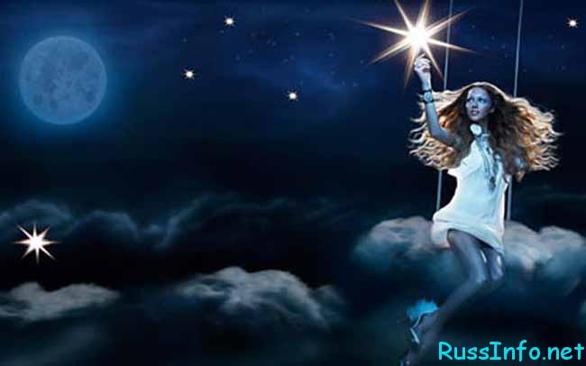 девушка катается на лунной качели