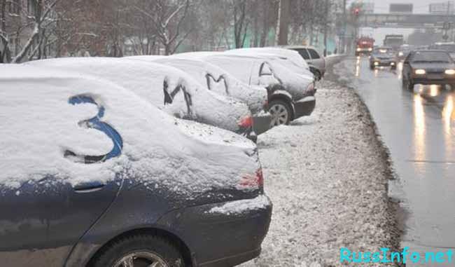 зимние автомобили на парковке