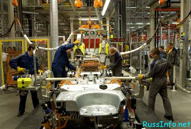 люди трудятся на производстве