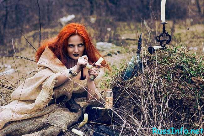 ведьма над обрядом