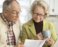 пенсионеры читают статью