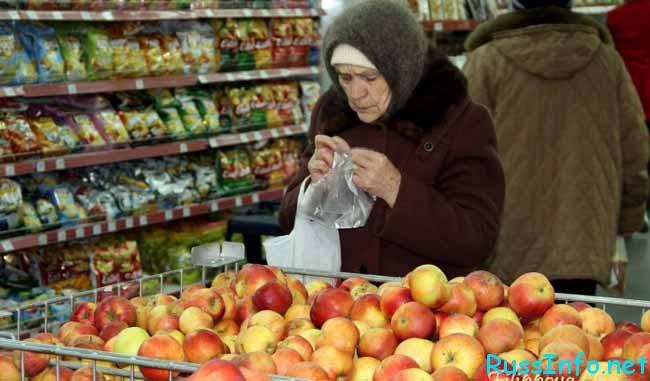 бабушка покупает яблочки