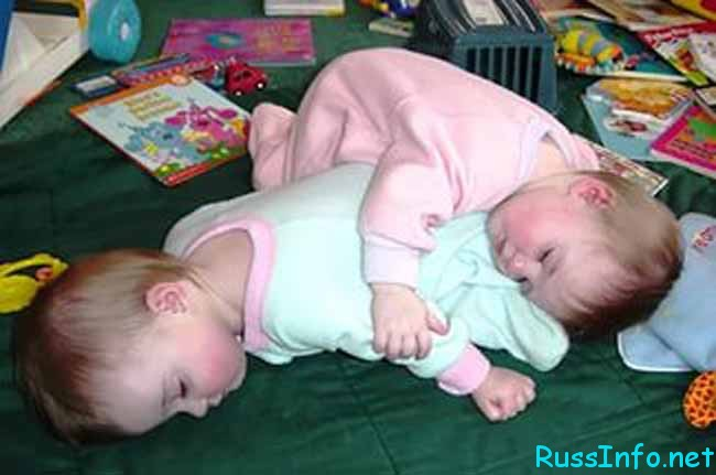 двойняшки спят