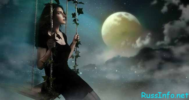 красивая девушка смотрит на луну