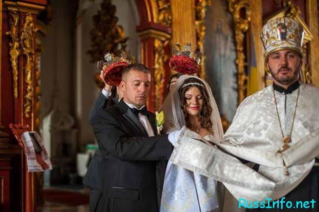 молодые венчаются