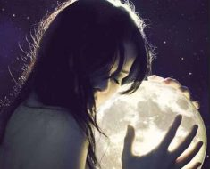 девушка обнимает луну