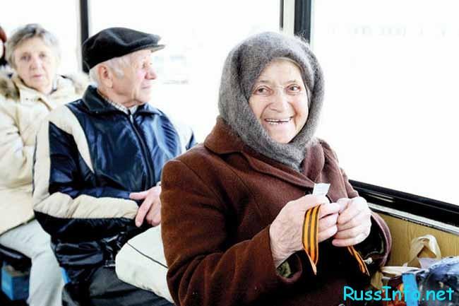 бабушка едет в автобусе