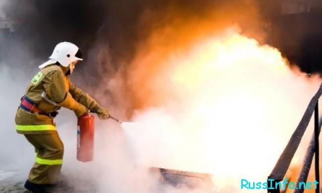 пожарник тушит пожар