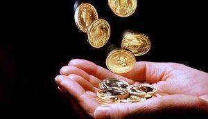 деньги и рука