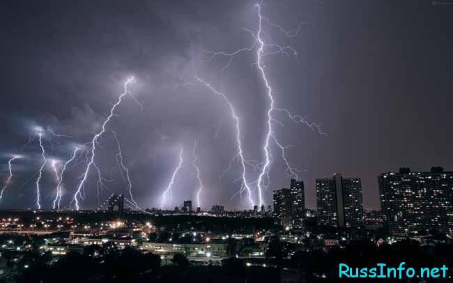 сильная молния