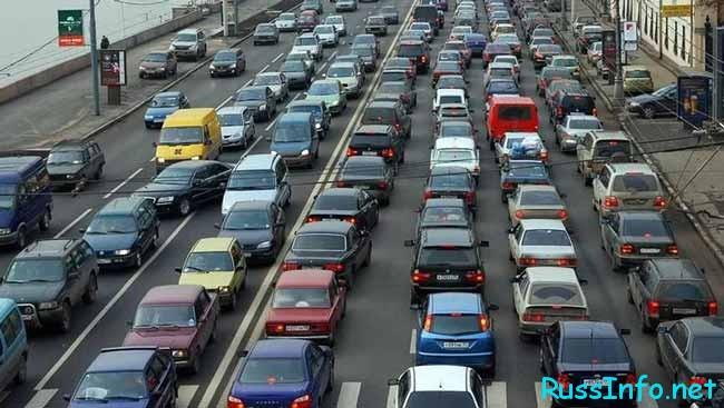едут много машин