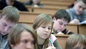 абитуренты сдают экзамены