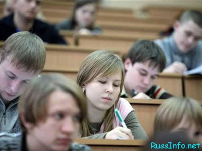 абитуриенты сдают экзамены