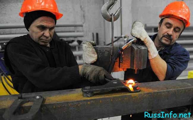 рабочие на производстве