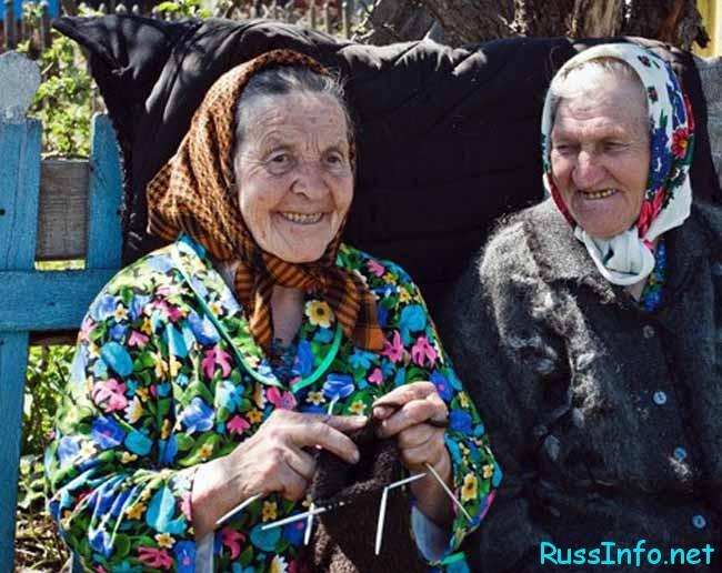 довольные бабушки на лавочке