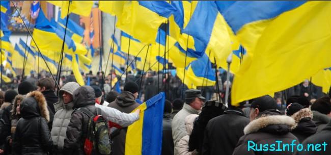 флаги Украины и  люди