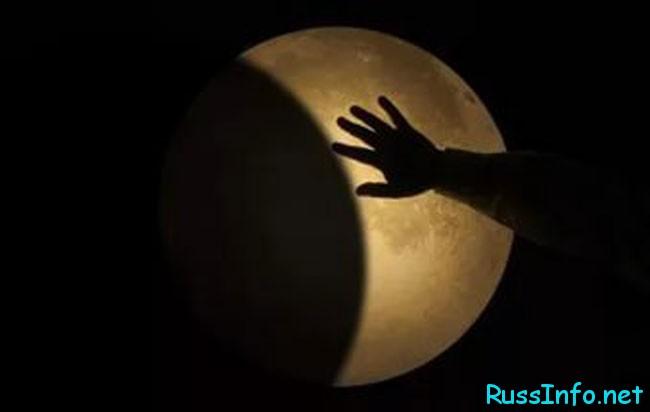 растущая луна и рука