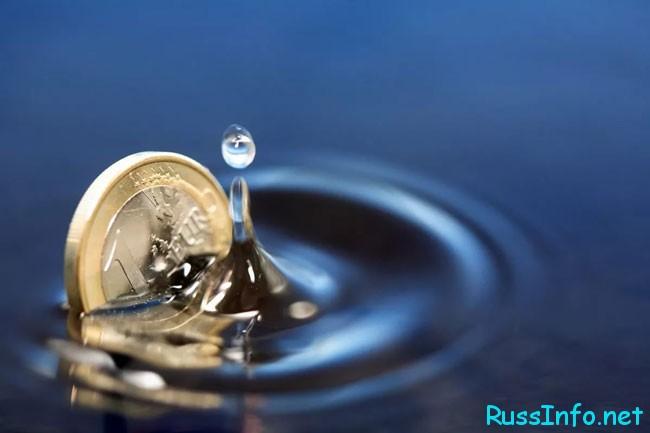 денежка падает в воду