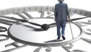 пожилой мужчина и часы