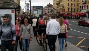 люди идут по городу