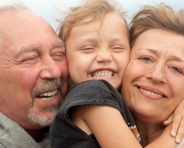 пенсионеры с внучкой