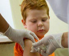 мужичку делают прививку