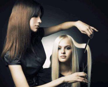 девушке постригают волосы