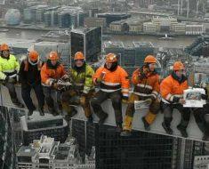 строители на работе