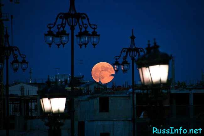 луна в городе