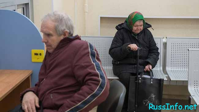 сидят пенсионеры