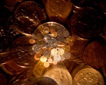 деньги блестят под луной