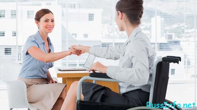 социальный работник с клиентом