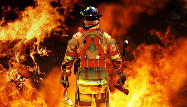 Пожарный в огне.