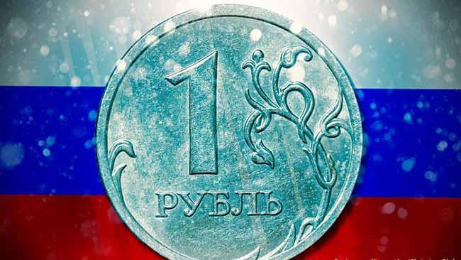 Рубль и флаг РФ.