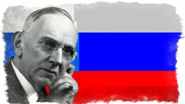 Эдгар Кейси на фоне флага РФ.
