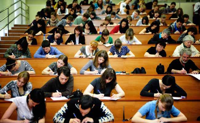 Абитуриенты на вступительных экзаменах.