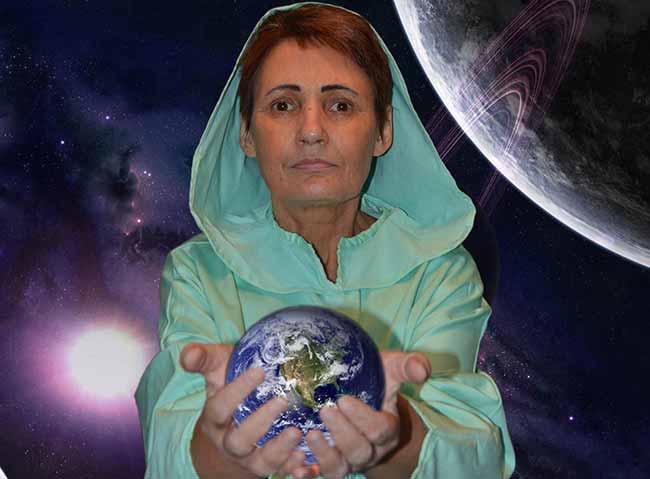 Вера Лион держит планету в руках