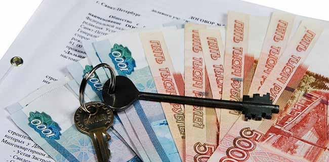 Российские рубли и ключи от квартиры