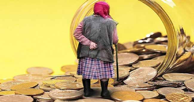Пенсионерка на фоне российских монет