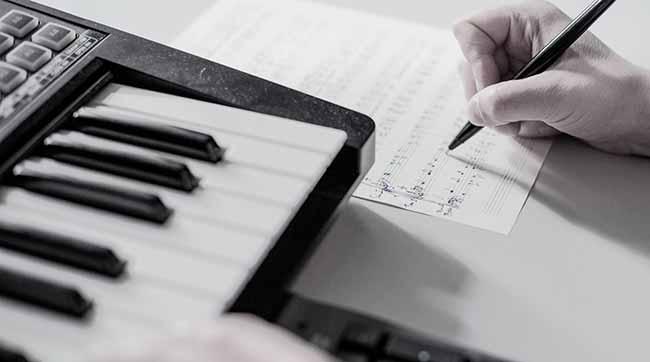 Композитор пишут музыку за инструментом
