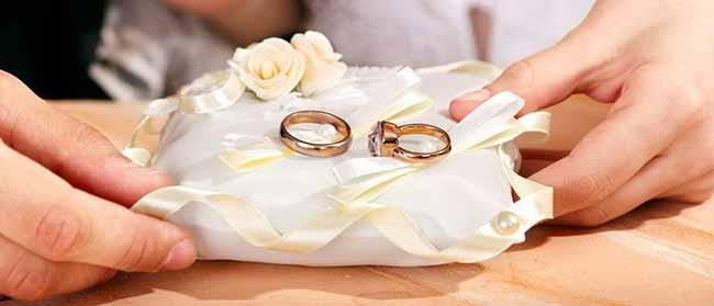 Обручальные кольца на подушечке